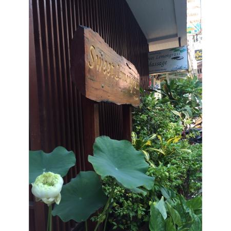 Sweet Lemongrass Massage: outside