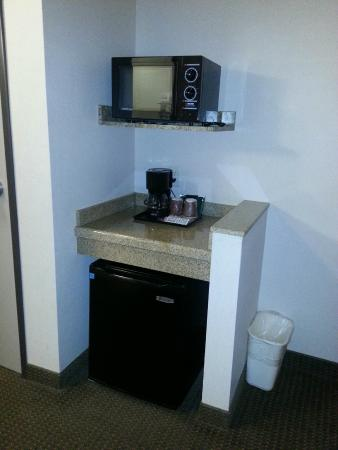 Comfort Inn & Suites Yuma: Microwave, coffee maker and small fridge in the room.