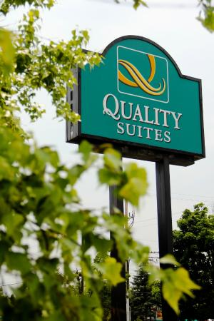 Quality Suites London: Exterior Sign