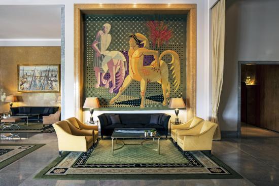 Four Seasons Hotel Ritz Lisbon: Almada Negreiros Lounge with tapestry