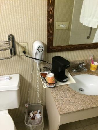 Clarion Inn & Suites Murfreesboro: Here is the counter space in the bathroom.