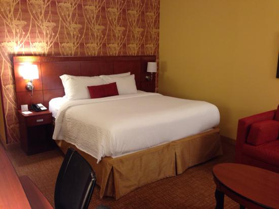 Courtyard Lincroft Red Bank: Comfortable King bed.