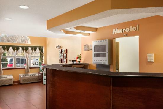 Microtel Inn by Wyndham Albany Airport: Front Desk