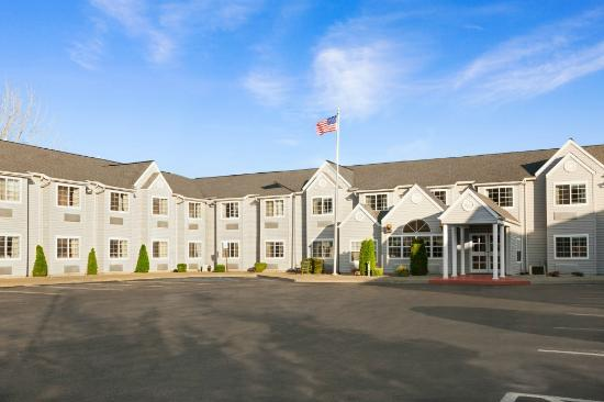 Microtel Inn by Wyndham Albany Airport: Day Front entrance