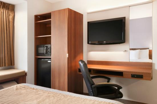 Microtel Inn by Wyndham Albany Airport: Single queen Case Work and TV