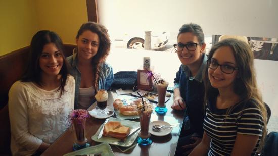 Ibi, Spain: Que mejor que salir con las amigas y disfrutar de una buena merienda en este ambiente tan agrada