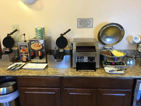 BEST WESTERN Ptarmigan Lodge : Eggs, sausage, bagel toaster, waffle irons