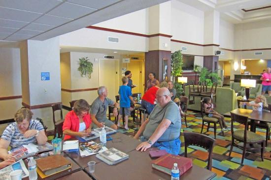 Holiday Inn Express Round Rock: Lobby breakfast area perfect for family reunion