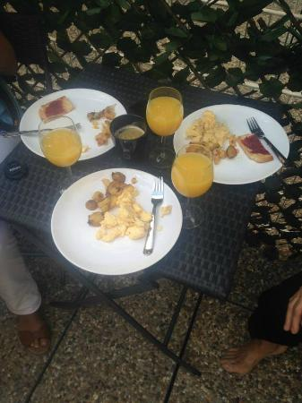 ZUZA Guest House: breakfast on our patio