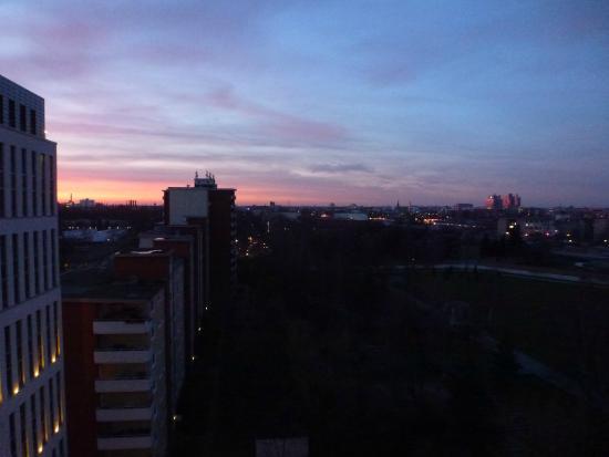 Motel One Berlin-Hauptbahnhof: Sonnenuntergang vom Zimmer im 9. Stock