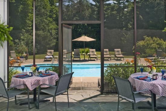 Applegate Inn: The screened porch looking out to pool