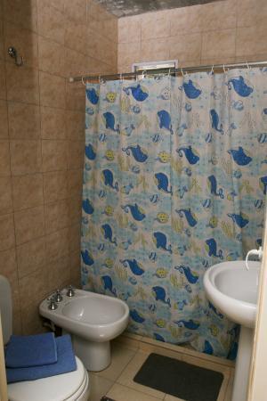 Hostel Ladera Norte: Baño completo, con agua caliente las 24 Hs