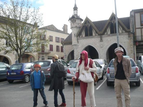 Monflanquin, France : Janouille sur la place des Cornières de Castillonnès en 2014