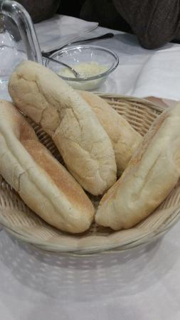 AL GALILEO Ristorante - Pizzeria : Pane scongelato, tovaglioli e tovaglie sporche, peli dei camerieri ovunque (anche nei piatti di