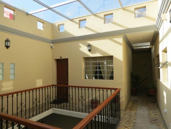 Hostal El Remanso: entrata della camera primo piano