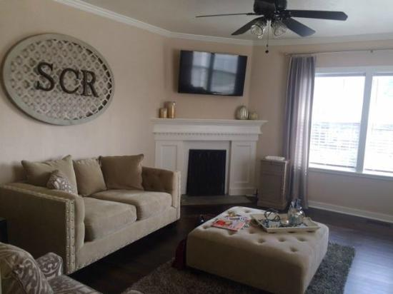 Living Room (Great for Chill-axing) - Picture of The Southern Chic