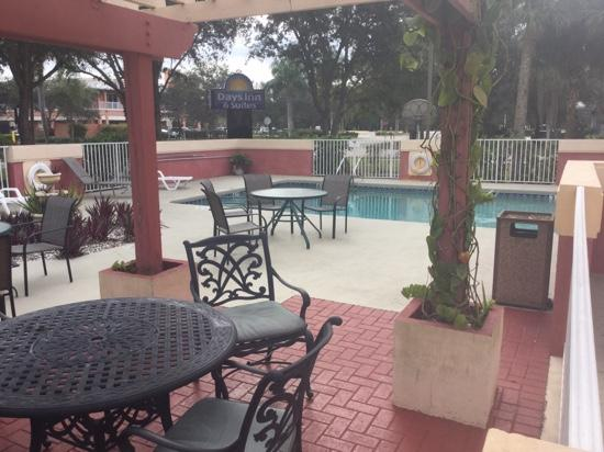Days Inn And Suites Naples: pool area