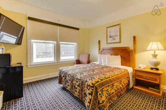 Regency Hotel: Private Queen Size Bed