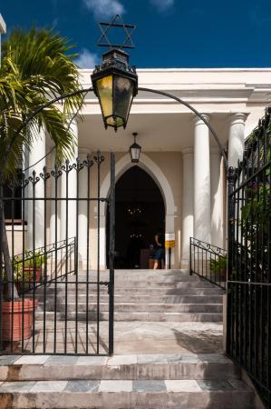 Beracha Veshalom Vegimulth Hasidim Synagogue: Entrance