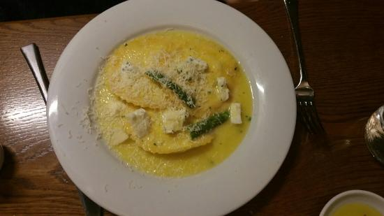Gustoso Ristorante & Enoteca: Freshly made ricotta and asparagus ravioli in a butter sauce with (an added extra) mozzarella.
