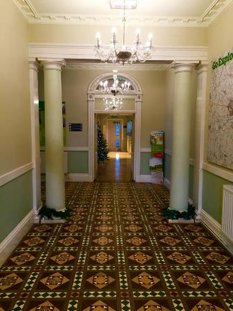 YHA Stratford upon Avon: Front hall- with Christmas cheer!