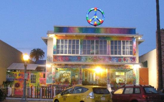 USA Hostels Ocean Beach: View outside with the neat peace symbol at the top.