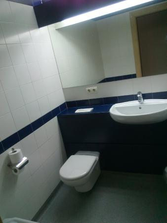 Travelodge Torrelaguna Madrid: Baño amplio y limpio
