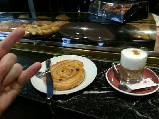 Cafe Viena: Cappuccino and yummy eat.