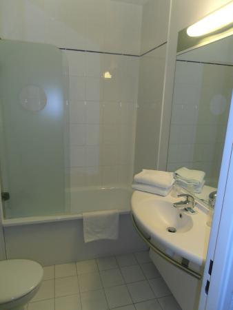 salle de bain picture of ibis budget cavaillon cavaillon tripadvisor. Black Bedroom Furniture Sets. Home Design Ideas