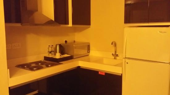 Al Raya Suites: The kitchenette has almost nothing useful