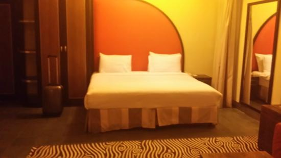 Al Raya Suites: the bed is huge but no reading light or light switch nearby