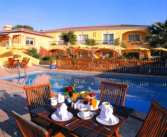 Costa D'oiro Ambiance Village: Breakfast by the pool