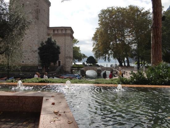 MAG Museo Alto Garda: Fonte ao lado do museu e sua ponte de acesso