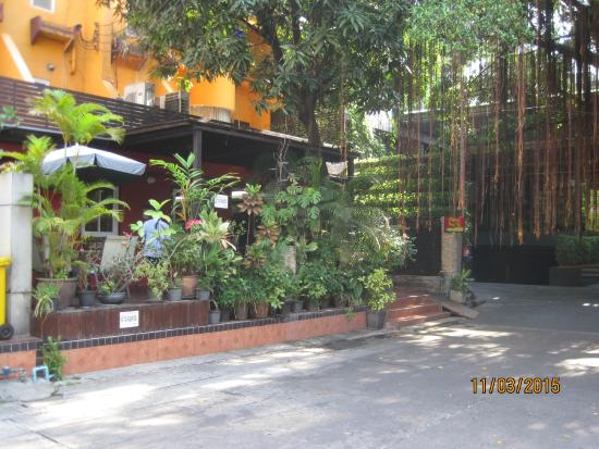 Oasis Inn Bangkok Hotel: Entrees to the Hotel