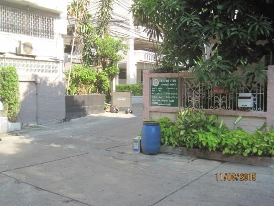 Oasis Inn Bangkok Hotel: Round the corner