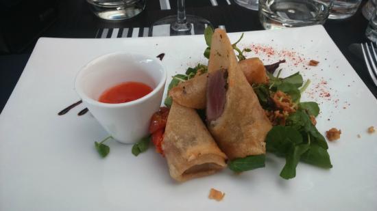 Auberge du Griffou : Entrée: Nems au thon et tomate confite et crumble