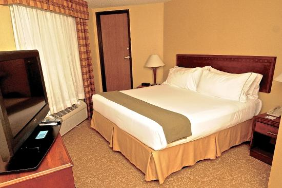 Holiday Inn Express Fenton : Business Suite bedroom