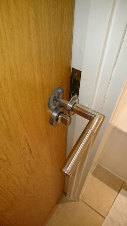 Marlin Apartments Aldgate : Damaged doorknobs