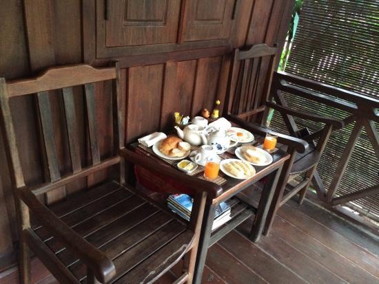 Auberge Sala Inpeng (Mekong Riverside Inn): Breakfast at entrance balcony of Economy Chalet room (#5)