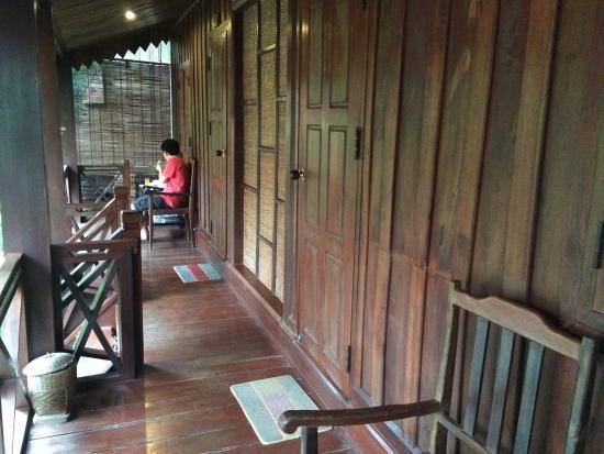 Auberge Sala Inpeng (Mekong Riverside Inn): Entrance balcony of my relative's room (#4) and mine (#5) - linked