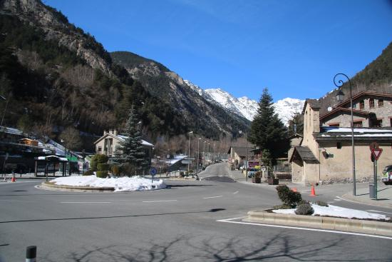 Hotel Palarine: View up towards the piste from hotel