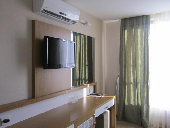 Annabella Diamond Hotel: в номере, кроме кондиционера и телевизора, есть сейф и холодильник