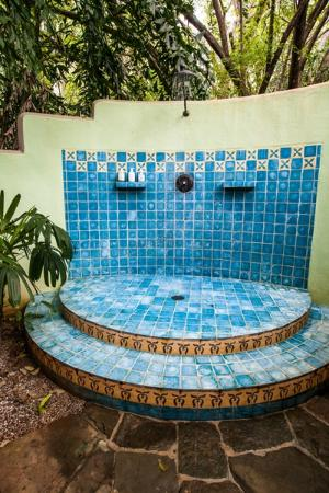 Latitude 10 Beachfront Resort: Private outdoor shower