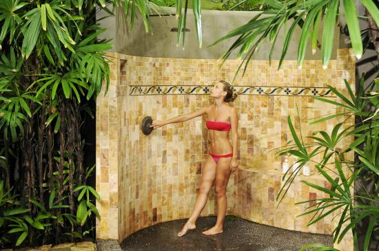 Latitude 10 Beachfront Resort: Oudoor shower experience