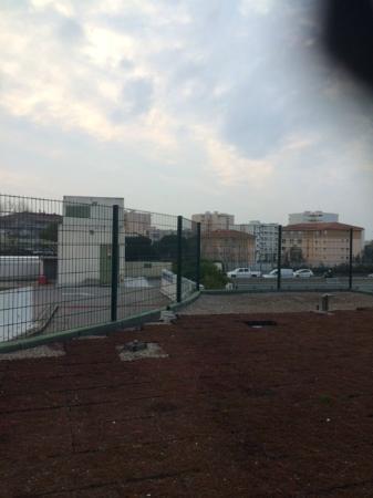 Ibis Cannes Mandelieu: entre parking et Autoroute A8