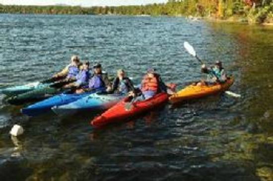 Lake Forest RV Resort : Kayaking on the lake