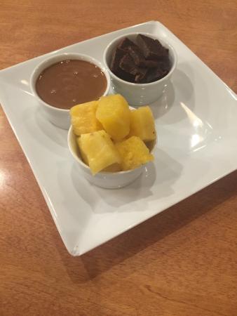 fondue au chocolat au lait avec ananas et brownie. Black Bedroom Furniture Sets. Home Design Ideas