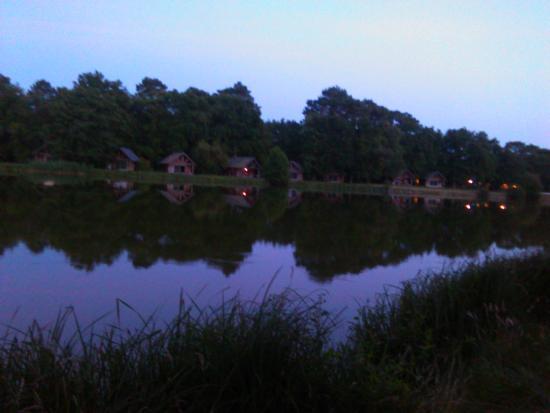 Huttopia Rille : Camping visto desde una parte del lago al oscurecer