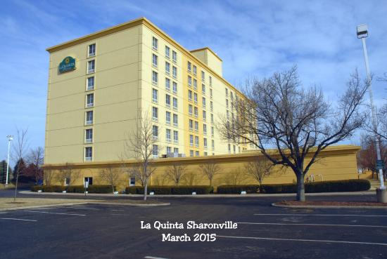 La Quinta Inn & Suites Cincinnati Sharonville: Outside of Hotel