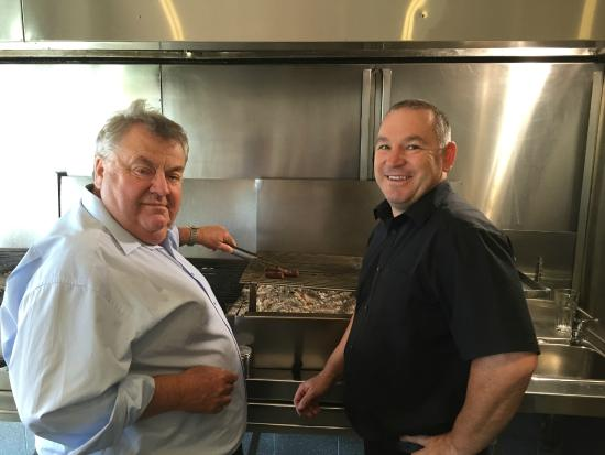 Glenelg Barbeque Inn: Shippy helping out Martin.....